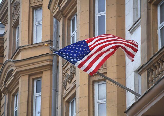 Państwowa flaga Stanów Zjednoczonych na fasadzie ambasady USA w Moskwie