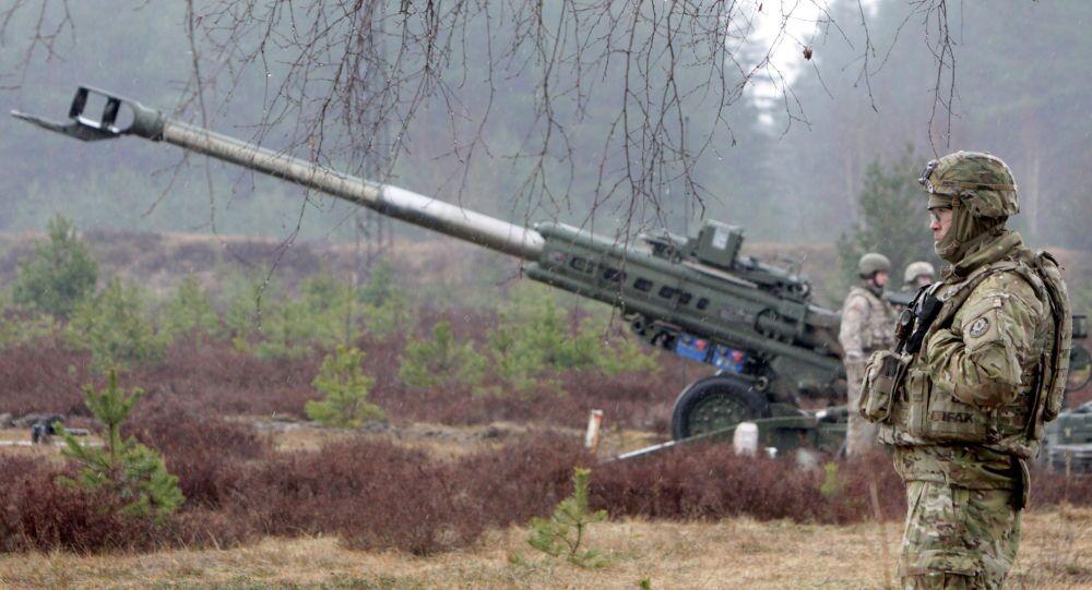 Wojskowy NATO podczas ćwiczeń wojskowych na Łotwie