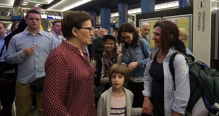 Premier Ewa Kopacz na peronie