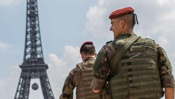 Francuscy wojskowi patrolują teren wokół Wieży Eiffla - Sputnik Polska