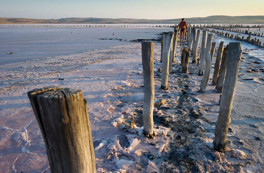 Różowa sól z  jeziora Czokrak na Krymie