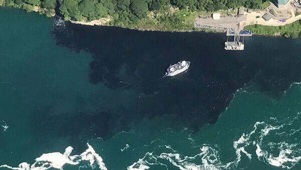 Poczerniałe wody w pobliżu wodospadu Niagara - Sputnik Polska