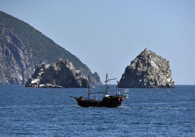Statek wycieczkowy w wodach Gurzufa