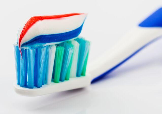 Różnobarwna pasta do zębów