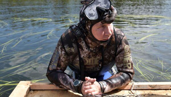 Prezydent Rosji Władimir Putin podczas podwodnego polowania w Republice Tywa - Sputnik Polska