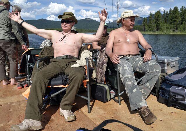 Władimir Putin i Siergiej Szojgu podczas łowienia ryb w Republice Tuwa