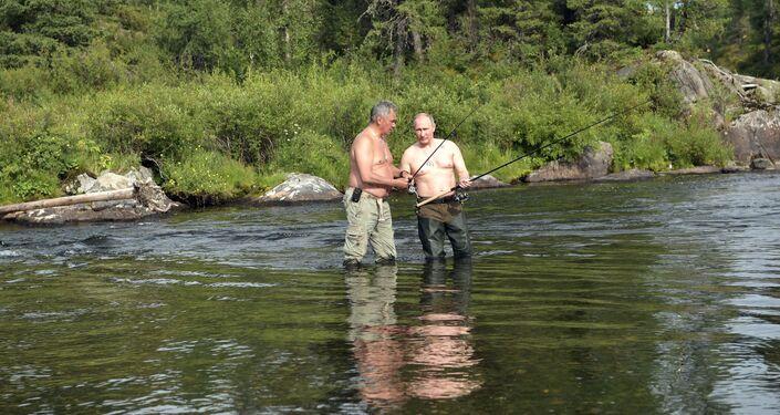 Władimir Putin i Siergiej Szojgu wędkują w górskich jeziorach w Republice Tuwa