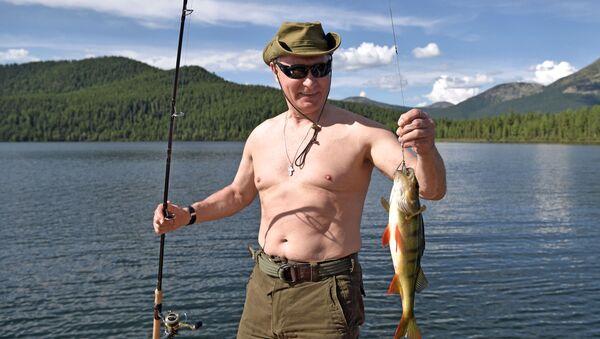 Władimir Putin wędkuje w górskich jeziorach w Republice Tuwa - Sputnik Polska