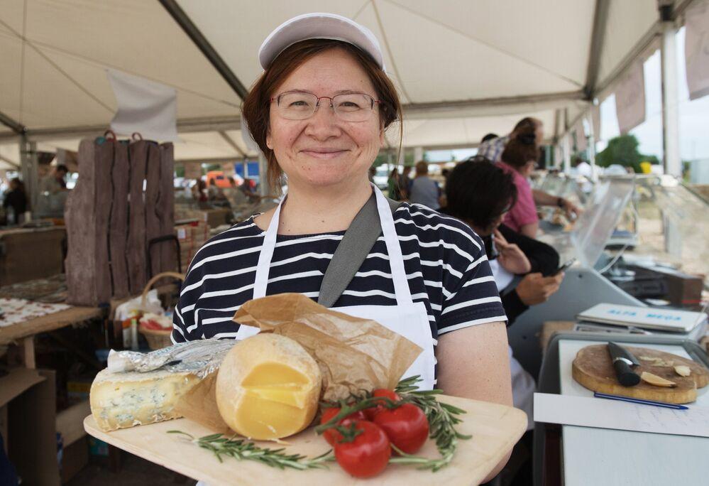 Uczestniczka festiwalu rolników serowarów w obwodzie moskiewskim.