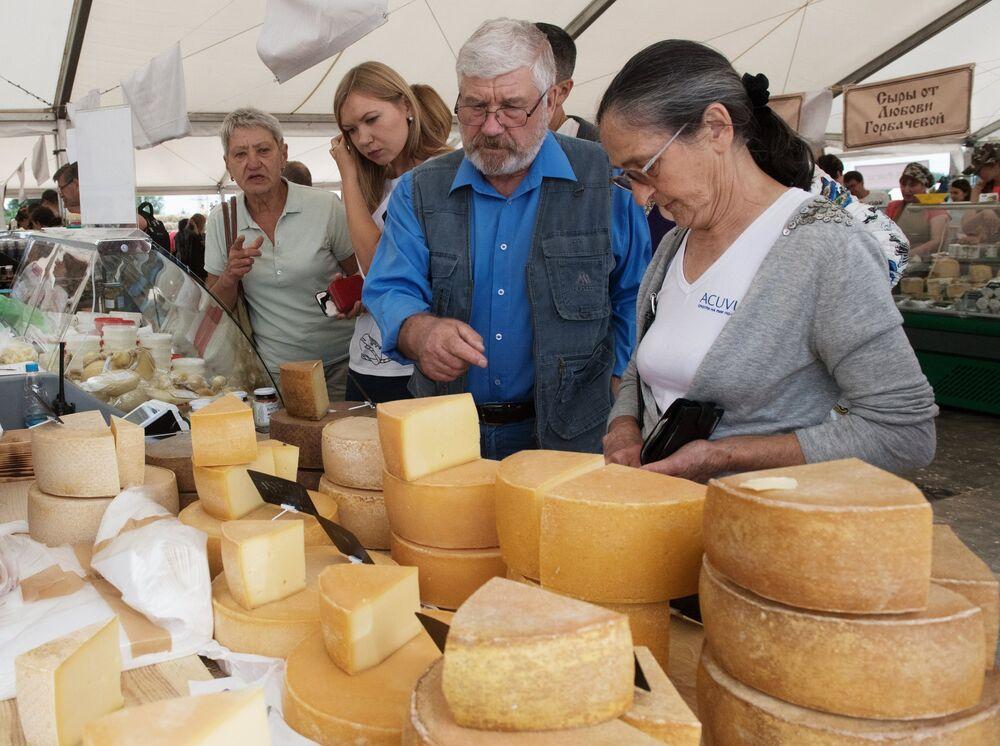 Oprócz tradycyjnych rodzimym gatunów sera na festiwalu mozna spróbować takich serów jak mozarella, buratta, parmezan i sery pleśniowe.