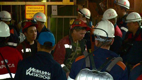 Ewakuowani górnicy w kopalni Mir - Sputnik Polska