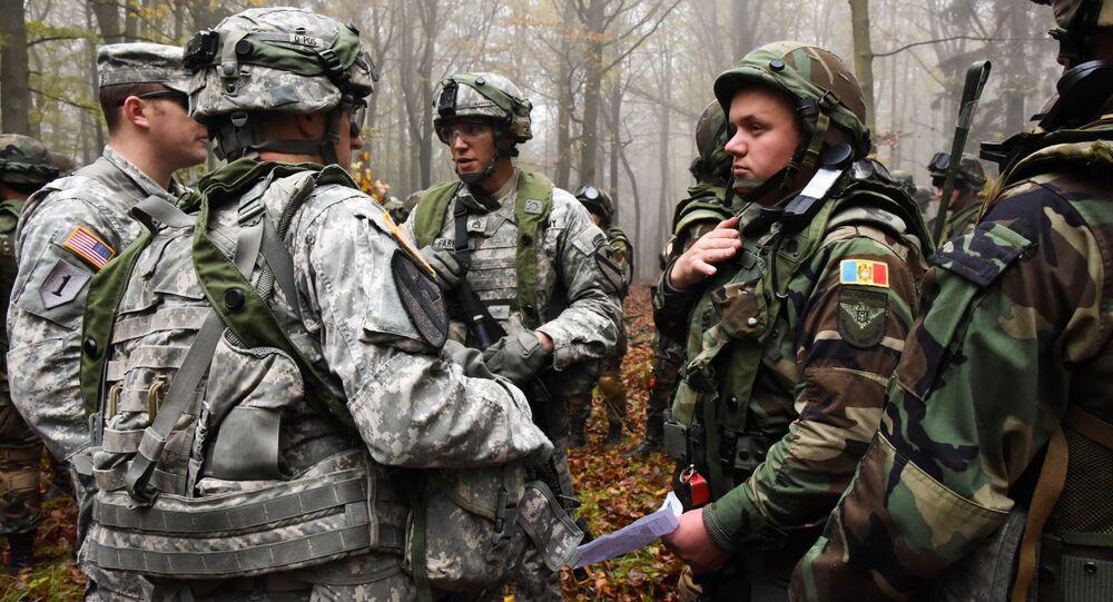Amerykańscy i mołdawscy wojskowi podczas wspólnych ćwiczeń. Zdjęcie archiwalne