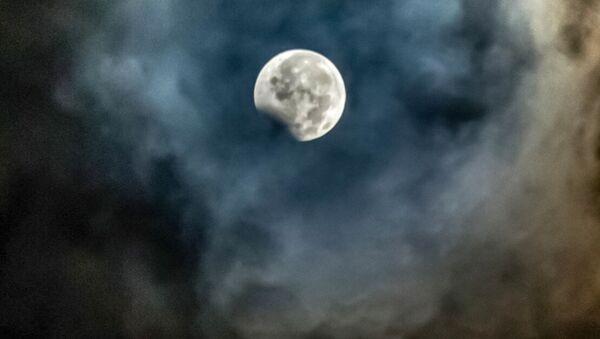 Częściowe zaćmienie Księżyca, Indonezja - Sputnik Polska