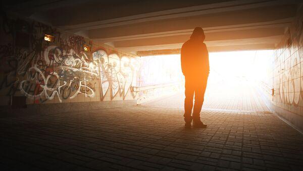 Samotny mężczyzna w przejściu podziemnym - Sputnik Polska
