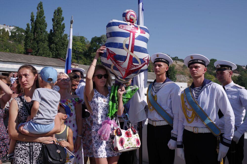 Rodziny oczekujące na spotkanie ze służącymi żołnierzami podczas powitania nowego okrętu podwodnego Krasnodar w Sewastopolu