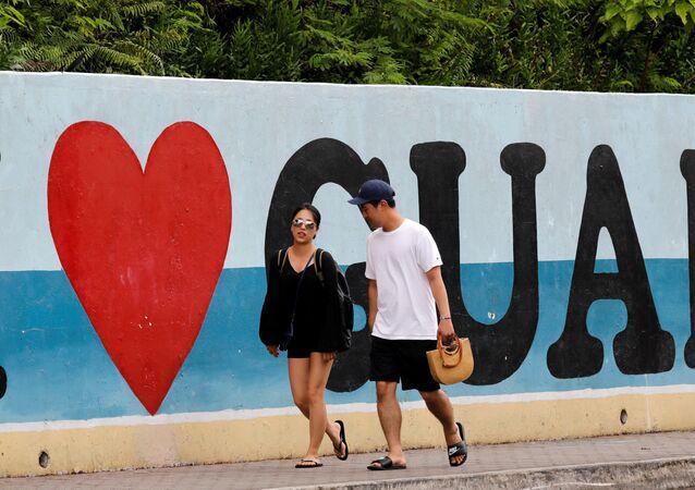 Turyści na plaży na wyspie Guam, USA