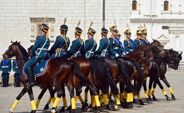 Zmiana konnej warty Pułku Prezydenckiego w ramach przygotowań do festiwalu Spasskaya Wieża - Sputnik Polska