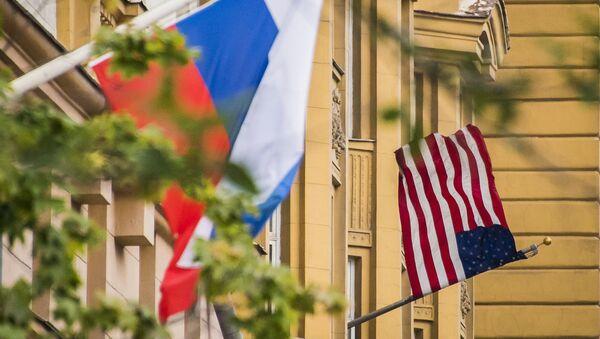 Rosyjska i amerykańska flagi na budynku ambasady USA w Moskwie - Sputnik Polska