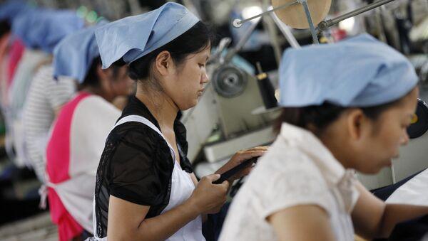 Chińscy robotnicy w szwalni w Huaibei - Sputnik Polska