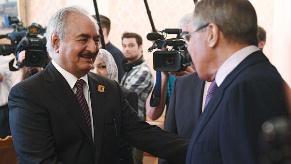 Dowódca Libijskiej Armii Narodowej marszałek Chalifa Haftar i minister spraw zagranicznych Rosji Siergiej Ławrow - Sputnik Polska