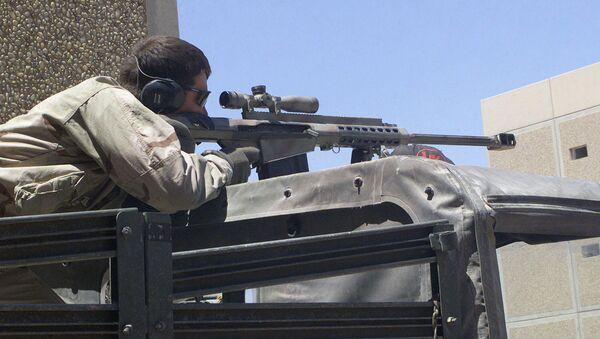 Snajper z amerykańskim karabinem wielkokalibrowym Barrett M82A1 - Sputnik Polska