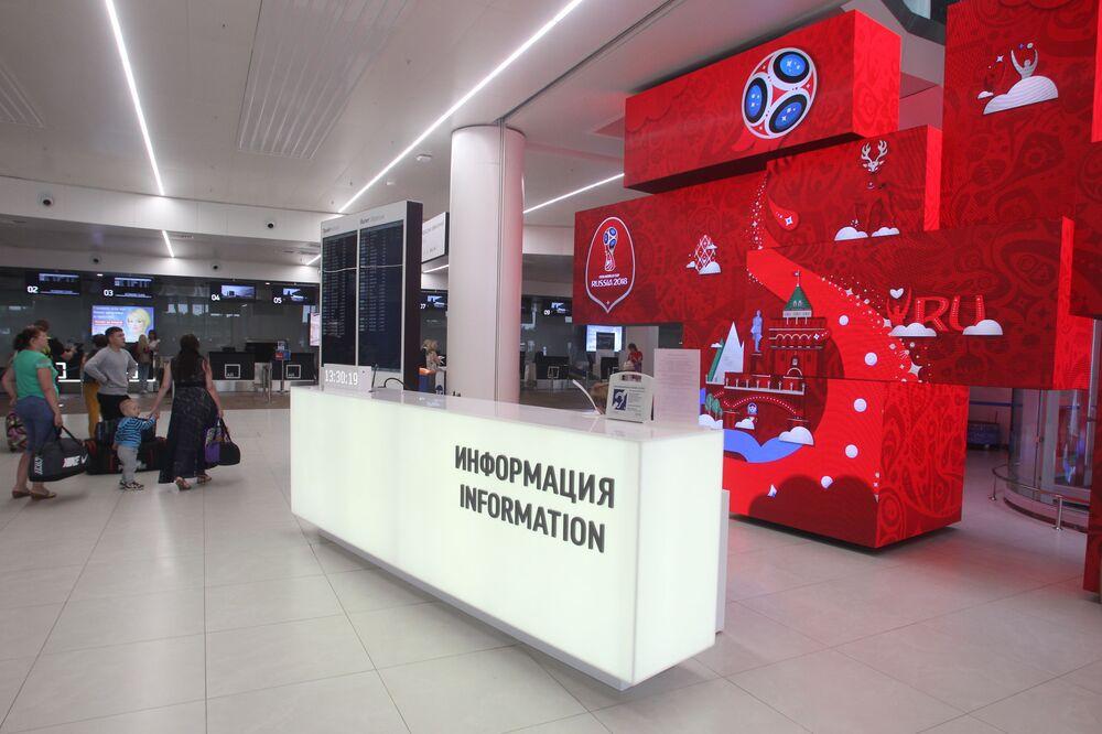 Tablica informacyjna na terminalu lotniska Strigino w Niżnym Nowogrodzie