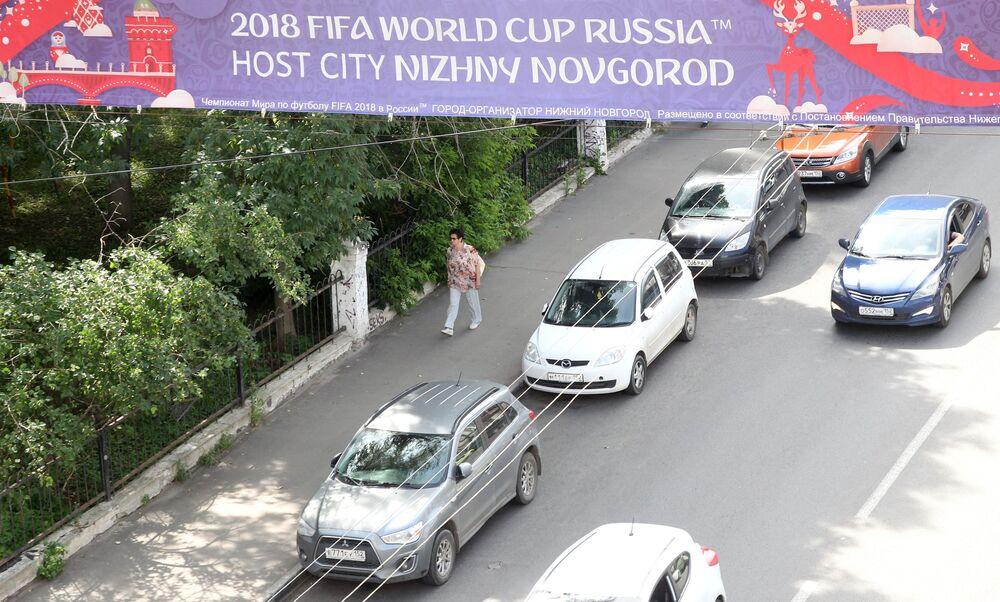 Afisz nad drogą  z symbolami Mistrzostw Świata 2018 w Niżnym Nowogrodzie