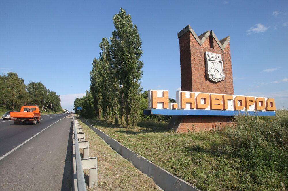 Ściana z napisem Niżny Nowogród przy wjeździe do miasta