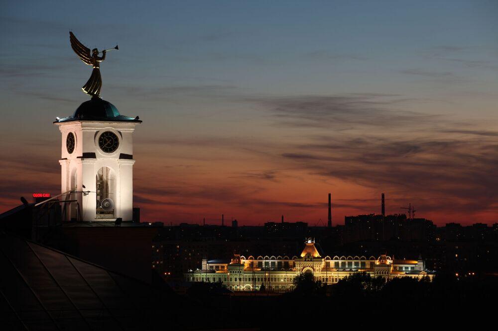 Wieża zegarowa Niżno-Nowogrodzkiego Seminarium z wiatrowskazem w postaci anioła
