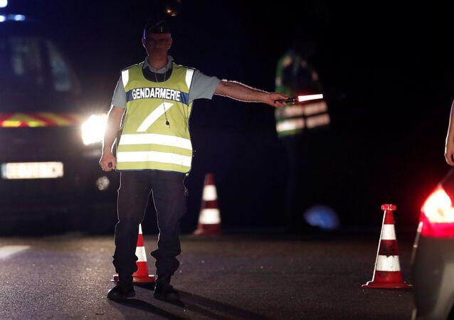 Policjant na miejscu zdarzenia. Paryż, Francja