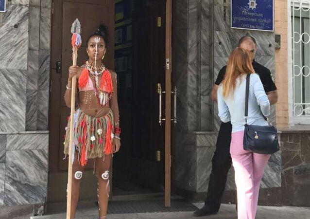 Aktywistka Femen w stroju aborygena przy Peczerskim Zarządzie Policji