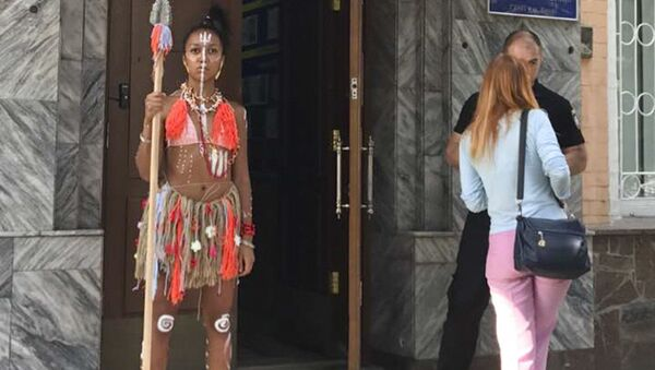 Aktywistka Femen w stroju aborygena przy Peczerskim Zarządzie Policji - Sputnik Polska
