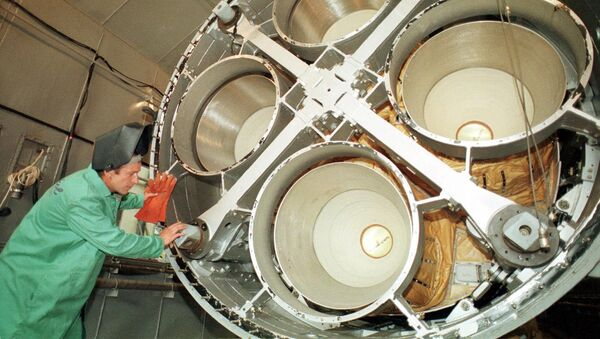 Inżynier firmy Jużmasz przy silniku rakiety balistycznej SS-19 - Sputnik Polska
