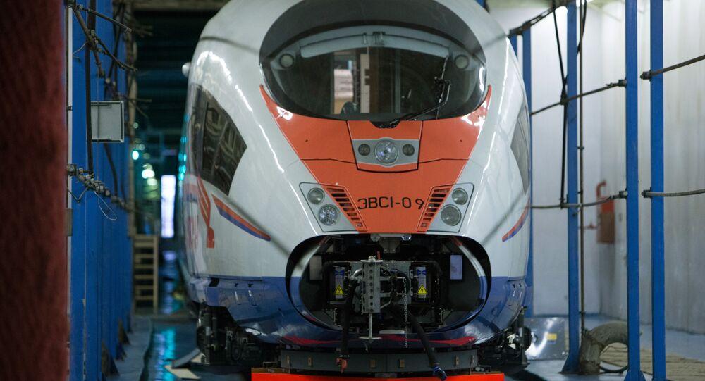 Nowy pociąg Sapsan w zajezdni Mietallostroj w Petersburgu