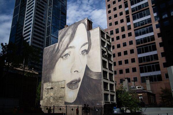 Portret kobiety australijskiego ulicznego artysty pracującego pod pseudonimem Rone na ścianie opuszczonego budynku w Melbourne - Sputnik Polska