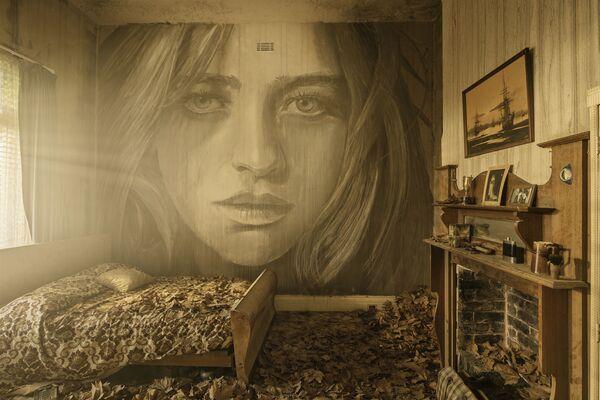Portret kobiety australijskiego ulicznego artysty pracującego pod pseudonimem Rone, na ścianie opuszczonego budynku - Sputnik Polska