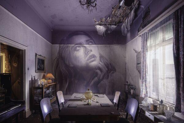 Portret kobiety australijskiego ulicznego artysty pracującego pod pseudonimem Rone na ścianie opuszczonego budynku - Sputnik Polska