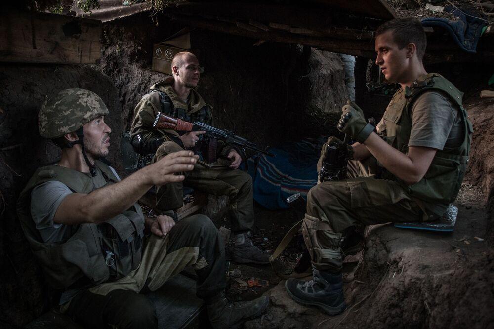Powstańcy pospolitego ruszenia w dyslokacji pod miejscowością Mariinka w obwodzie donieckim