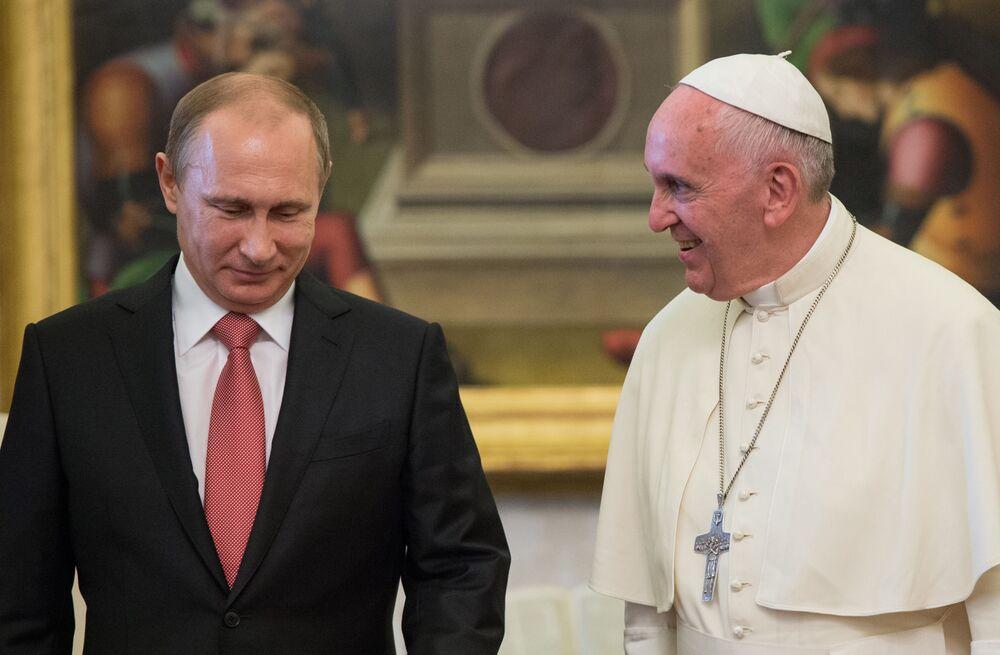 Prezydent Rosji Władimir Putin i Papież Franciszek podczas spotkania w Watykanie