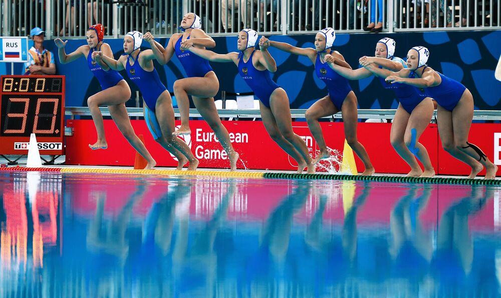 Drużyna Rosji przed rozpoczęciem finału piłki wodnej kobiet podczas I Igrzysk Europejskich