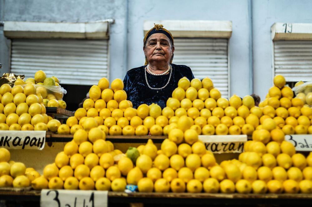 Sprzedawczyni na bazarze 8 kilometr w Baku