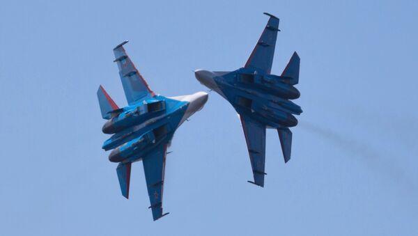 Pilotaż grupy Russkije Witjazi na samolotach Su-27 w Petersburgu - Sputnik Polska