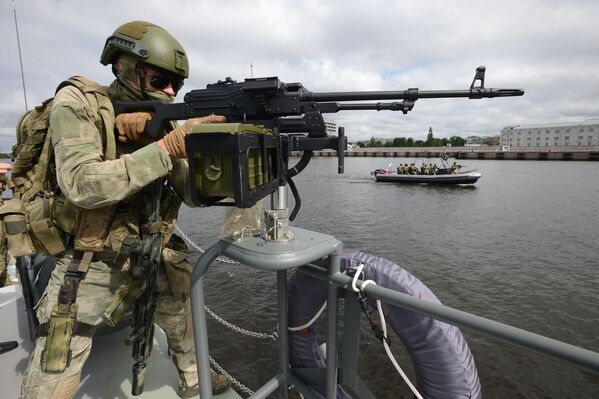 Żołnierze na statku wojskowym podczas uroczystego otwarcia VII Międzynarodowego Salonu Morskiej Techniki Wojskowej w Petersburgu - Sputnik Polska