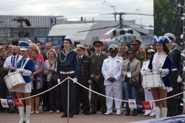 Widzowie i uczestnicy na uroczystym otwarciu VII Międzynarodowego Salonu Morskiej Techniki Wojskowej w Petersburgu - Sputnik Polska