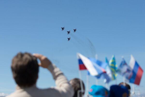 Pilotaż grupy Striżi na samolotach MiG-29 w Petersburgu - Sputnik Polska