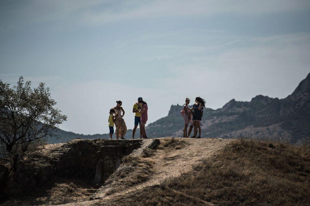 Wczasowicze spacerują w poblizu plaży w Kokteblu