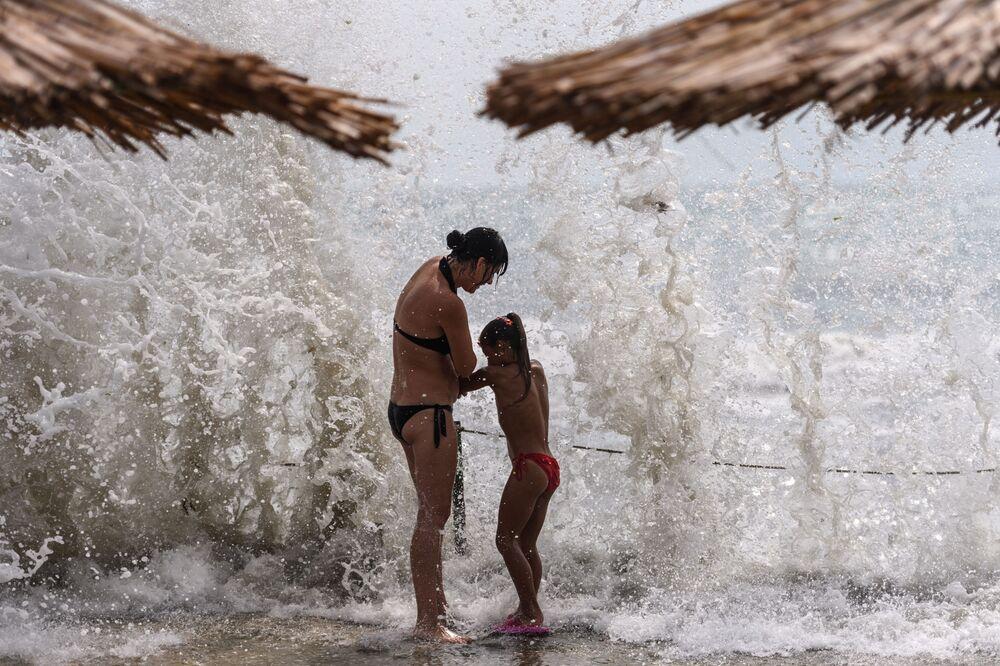 Wczasowicze na plaży w Kokteblu