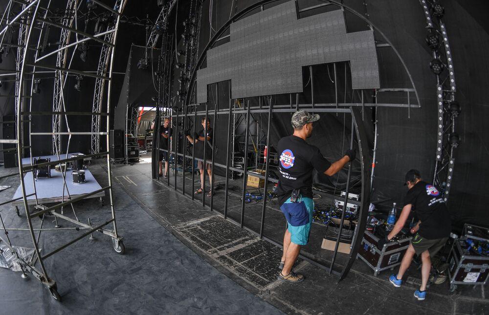 Pracownicy przygotowują scenę podczas przygotowań do 15-ego międzynarodowego muzykalnego festiwalu Koktebel Jazz Party