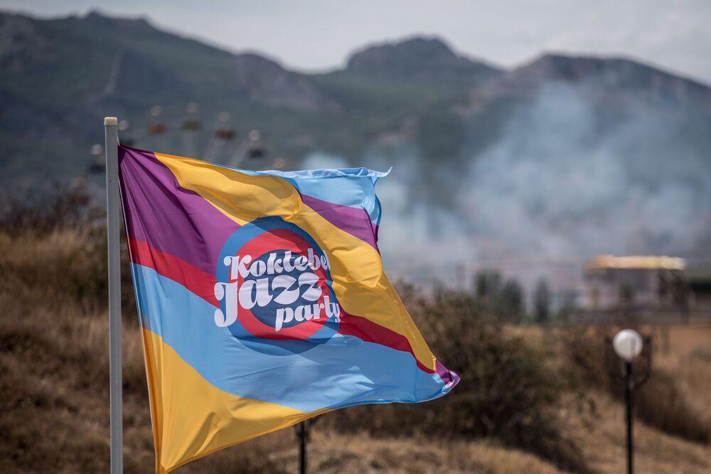 Flaga z symboliką międzynarodowego muzykalnego festiwalu Koktebel Jazz Party