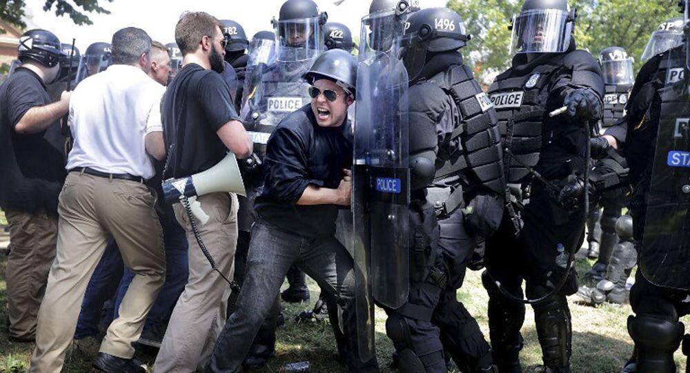 Amerykańscy neonazjoniści i ultraprawicowcy przełamują blokadę policji podczas wiecu w Charlottesville w USA